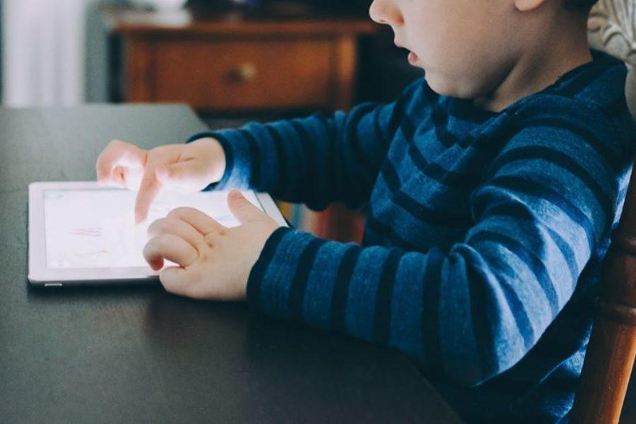O uso das telas e suas consequências no desenvolvimento da criança e no convívio familiar